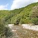 In Tjentište / Тјентиште - Der Fluss Sutjeska / Сутјеска ist der Namensgeber für den Nationalpark. Abschnittsweise zwängt er sich durch tiefe Schluchten. Hier, in Tjentište, unweit des riesigen, zur Zeit trocken liegenden Badebeckes, plätschert er allerdings durch schönes, aber weniger spektakuläres Gelände.