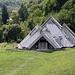 In Tjentište / Тјентиште - Blick zum Museum im Nacionalni park Sutjeska / Национални парк Сутјеска (Nationalpark Sutjeska), welches während unseres mehrtätigen Aufenthalts nicht geöffnet hat. Möglicherweise ist es dauerhaft geschlossen.