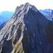 Abweisender Gamsberg! Der beste Aufstieg führt durch die markante, schattige Doppel-Rinne (Steinschlag, T5); über den Grat (Grenze Schatten-Sonne) ist der Gipfel auch erreichbar (sehr ausgesetzt und brüchig, T6)