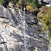 Einer der langen Wasserfälle über das Valserrheinschlucht.