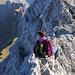 Kurz vor dem Gipfel des Altmanns. Eine Berggängerin meistert geschickt die Schlüsselstelle am Grat. Ich habe schon die verschiedensten Techniken zur Bewältigung dieser Stelle beobachtet