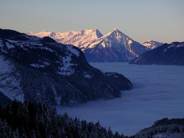 Die Niesenkette im Morgenlicht über dem dichten Nebelmeer