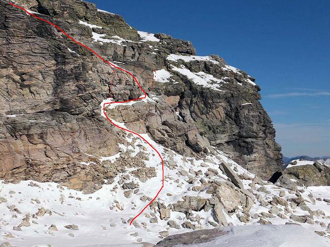 Chärpfscharte, Blick zum Chli Chärpf, und die Aufstiegsrouten. Gepunktet: Fixseile.