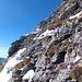 Mein Kollege wollte die Rinne nicht absteigend queren, sondern folgte den oberen Begrenzungsfelsen. Nun folgt statt dessen ein steiler Abstieg in den Schroffen.