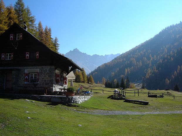 Parkhütte Varusch mit Blick ins Val Trupchun