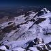 Das riesige Gletscherbecken von Morteratsch-Gletscher und Pers-Gletscher, fotografiert vom Gipfel des Piz Bernina (4049m). Nach Aufbruch um 04:30 Uhr an der Diavolezza, oberhalb der Moräne des Pers-Gletschers (links oben im Bild) wird zunächst der Pers-Gletscher überquert. Dann folgt die Aufstiegsroute dem Fortezza-Grat, der sich von der Bildmitte bis zu den Bellavista-Terassen nach rechts oben zieht.