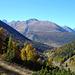 Blick vom Höhenweg in Richtung Engadin mit der Parkhütte Varusch (unten rechts)