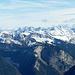 Allgäuer Gipfel tief eingeschneit. Bregenzer Wald Berge im Vordergrund.