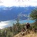 auf dem Weg zur Alp Tschingla. Nach dem Felsriegel muss man noch steile Grasrinnen durchqueren, in denen nach Neuschneefällen Lawinen runterdonnern dürften. Bei Nässe oder Schnee ist die wbw Route nicht zu empfehlen