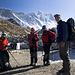 Ein Teil der Gruppe beim Abmarsch von Chukung zum Basislager des Island Peaks (6189m), auch Imja Tse genannt. Im Hintergrund sieht man die Lhotse-Südwand.