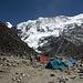 Einige Zelte im Island Peak-Basislager. Ganz links schaut der Kegel des Cho Polu (6734m) heraus.