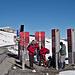 [u Mo6451], [u kopfsalat] und [u lemon] beim Start auf Lombachalp. Die Schneeschuhe bleiben vorerst auf dem Rucksack.