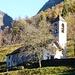 Kirche von Barione im Val Onsernone - im Hintergrund der Einschnitt der Forcola