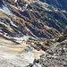 Im oberen Teil verlasse ich die verschneite Wegtrasse durch die Westflanke und folge direkt der Gratkante mit imposanten Tiefblicken in den Bretterwandgraben.