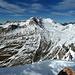 Vom Gipfel zieht der Nordostgrat zur Dürrenfeldscharte (nicht im Bild). Dahinter die frisch verschneiten höchsten Berge der Granatspitzgruppe.