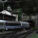 Ein Zug mit internationalen Wagen fährt in den Semmeringtunnel ein.