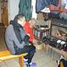 Il camino ... è proprio il focolare domestico ! Notare parte dei vestiti appesi ad asciugare ...