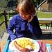 Pommes mit Bratwurst UND Sahneobst! Sowas gibt es auch nur in der Schweiz!!