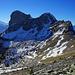 Weiterweg zum Rothorn würde mitten durch den Schnee führen unterhalb der Gipfelfelsen