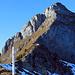 Rückblick im Abstieg. Die Route verläuft bis zur Bildmitte von unten auf dem Grat, dann traversiert sie nach links, oberhalb des von links nach rechts oben verlaufenden Felsbands zum beschatteten 'Chämi, von wo man den Gipfel dann teilweise dem Grat entlang erreicht. Sie ist (allerdings spärlich) wbw markiert.