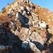 Bergwanderweg über den Neuenalpspitz-Südwestgrat hat nur diese Schlüsselstelle zu bieten, ist aber nicht zu unterschätzen – daran erinnert eine Gedenktafel.