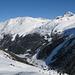 Links Ginalshorn, rechts Schwarzhorn, in der Tiefe Gruben im Winterschlaf