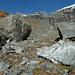Durch große Felsblöcke hindurch Richtung Talschluss.