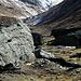 Abstieg über die andere Talseite. Hier gibt´s noch größere Felsblöcke zu bewundern als beim Aufstieg.