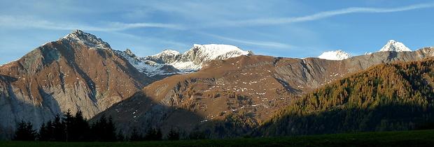 Bei Kals weitet sich das Tal und bietet einen etwas umfassenderen Blick auf die Glocknerberge. Links markiert der Bretterspitz mit der Bretterwand (Bretterflecke) den Beginn des Teischnitztals.