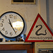 Curioso orologio che gira al contrario