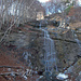 Kurz vor Abschluss der Tour grüsst noch ein Wasserfall aus dem fast kahlen Wald.