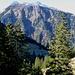 Der Grat ennet dem Murgtal, dahinter die Mürtschen.<br />Im schattigen Vordergrund die Hütten von Tobelwald