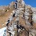 Wenige Felsköpfe werden auf der Ostseite auf schmalen Spuren umgangen, zumeist übersteigt man sie.