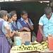 ein Zoobesuch gibt Hunger; diese Schulmädchen kaufen sich Maiskolben