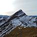 Am Gipfel, der Blick hinüber zum grossen Bruder. Rechts davon in der Ferne sind die Mythen, Rigi und Pilatus zu erkennen.