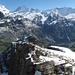 John kämpft sich auf seiner ersten Bergtour über ein verschneites Grätchen dem Gipfel des Schwarzhorns entgegen