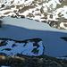 Der eisbedeckte Grausee im Schatten des Messelingkogels.