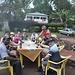 ... und unserer Gruppe, mit Kili-Bier © Moni