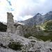 """""""Gips-Säule"""" beim Passo della Greina. Im Hintergrund Cima di Camadra und Piz Medel"""