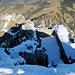 Überreste einer (militärischen) Anlage unterhalb des Gipfels