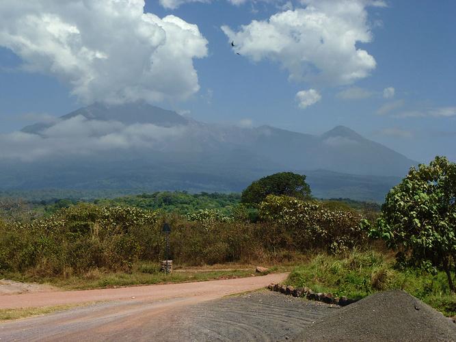 Mount Meru In Wolken, Und Trotzdem Respekt Einflößend. Rechts Davon Der  Little Meru. In Der Senke Dazwischen Liegt Die Saddle Hut, In Der Wir  übermorgen ...