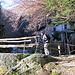 über die Brücke, erst einmal wieder in en Schatten. Rechts die alte Mühle.