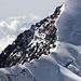 Tele-Aufnahme des langen, schmalen und ausgesetzten Liskamm-Ostgrates. Links unten im Bild sieht man zwei Bergsteiger.