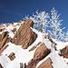 Pramenáč - Hier an der Felsformation unweit des Gipfels. Roter Fels, weißer Schnee, blauer Himmel, schön.
