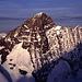 Die mächtige Ostwand des Großgrünhorns (4043m) bei Sonnenaufgang. Fotografiert beim Aufstieg zum Finsteraarhorn auf ca. 3600m Höhe