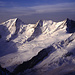 Gross Wannenhorn (3905m) im Morgenlicht. Der Bereich um die Spalten im unteren Bereich leuchtet rotviolett.