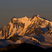 Die Ostwand des Monte Rosa-Massivs ist mit ca. 2500m Höhe die höchste Wand der Alpen. Die Gipfel sind: Signalkuppe (4554m), Zumsteinspitze (4563m), Dufourspitze (4634m) und Nordend (4609m). Am rechten Bildrand der Liskamm-Ostgipfel (4527m).