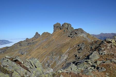 Stehtes auf und ab auf dem Bergligrat. In der Mitte das Berglihorn und weiter hinten der Charenstock.