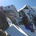 Mischabeljoch Biwak (3851 m). Im Hintergrund der Alphubel N-Grat.