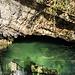 Sehr klares und sauberes Wasser strömt aus der Höhle beim Schluchteingang